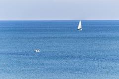 Zeilboot in het Overzees luxezeilen in een kalm water voor marine en navigatieconcept Royalty-vrije Stock Foto