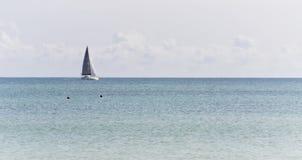 Zeilboot in het Overzees luxezeilen in een kalm water voor marine en navigatieconcept Stock Fotografie