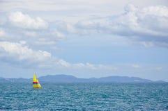 Zeilboot in het overzees, overzeese achtergrond Royalty-vrije Stock Foto