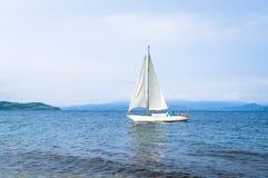 Zeilboot - jacht met witte zeilen stock afbeeldingen