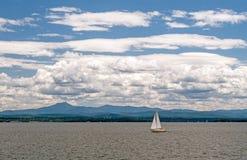 Zeilboot, Meer Champlain, Vermont stock fotografie