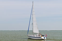 Zeilboot in meer Marken Stock Foto's