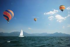 Zeilboot met ballons Stock Fotografie