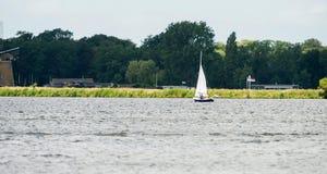 Zeilboot met familie in de zomer Stock Foto