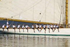 Zeilboot met gelukkige bemanning in Middellandse Zee royalty-vrije stock afbeeldingen