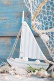 Zeilboot met shells en visnet op blauwe achtergrond voor holi stock foto's