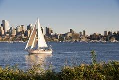Zeilboot met stadshorizon Stock Afbeelding