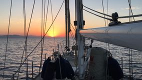 Zeilboot Naderbij komend Land bij Zonsopgang in het Overzees stock video