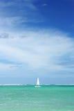 Zeilboot, oceaan en hemel stock afbeelding