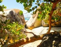 Zeilboot onder de rotsen Royalty-vrije Stock Afbeelding