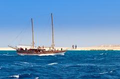 Zeilboot op de kustlijnachtergrond Stock Fotografie