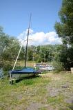 Zeilboot op de meerkust Royalty-vrije Stock Foto