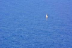 Zeilboot op de oceaan stock foto's
