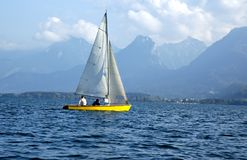 Zeilboot op een meer Royalty-vrije Stock Fotografie