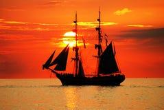 Zeilboot op een mooie zonsondergang Royalty-vrije Stock Foto's