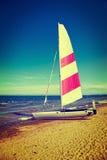 Zeilboot op een strand Stock Afbeeldingen