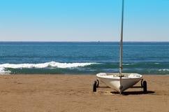 Zeilboot op een strand in de winter Stock Afbeelding
