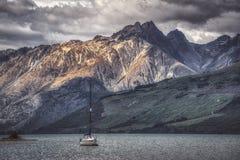 Zeilboot op Glenorchy-meer wordt verankerd dat royalty-vrije stock afbeeldingen