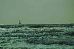 Zeilboot op golven stock afbeelding