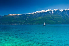 Zeilboot op het meer van de Berg Royalty-vrije Stock Foto's