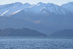Zeilboot op het meer van Nieuw Zeeland Stock Foto's