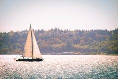 Zeilboot op het open water Stock Foto