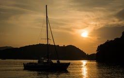 Zeilboot op het overzees bij Ao Yon Bay, Phuket, Thailand Royalty-vrije Stock Foto's
