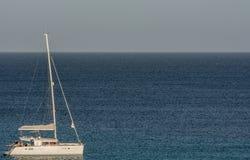 Zeilboot op het overzees met exemplaarruimte als malplaatje stock foto's