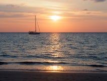 Zeilboot op het overzees in Phuket, Thailand Royalty-vrije Stock Foto's