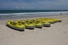 Zeilboot op het strand Stock Foto's