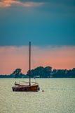 Zeilboot op het water Stock Afbeelding