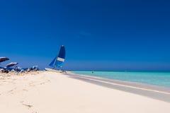 Zeilboot op het zandige strand van het Playa-Paradijs van het Largo Eiland Cayo, Cuba Exemplaarruimte voor tekst stock afbeeldingen
