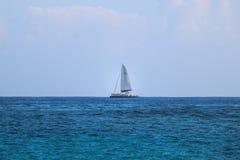 Zeilboot op horizon Royalty-vrije Stock Foto's