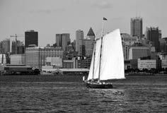 Zeilboot op Hudson River in stedelijke context, Manhattan stock foto