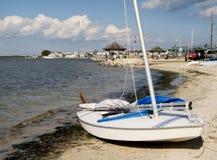 Zeilboot op Kust stock foto