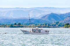 Zeilboot op meer Pichola in Udaipur, India stock foto