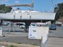 Zeilboot op onderhoudsgebied Stock Afbeelding