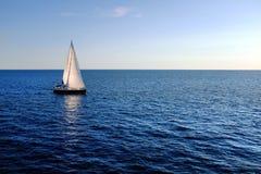 Zeilboot op open zee Stock Foto