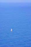 Zeilboot op overzees stock afbeeldingen