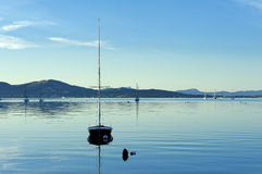 Zeilboot op water in de ochtend Royalty-vrije Stock Fotografie