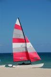 Zeilboot op zandig strand Stock Fotografie