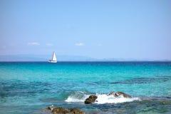 Zeilboot op zee Stock Foto's