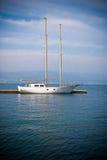 Zeilboot over blauw Royalty-vrije Stock Afbeelding
