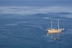 Zeilboot in overzees Royalty-vrije Stock Fotografie