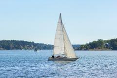 Zeilboot, rivier en eilanden stock afbeeldingen