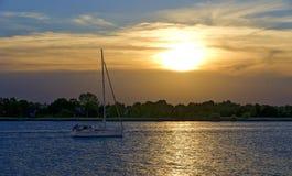 Zeilboot vóór zonsondergang Royalty-vrije Stock Afbeelding