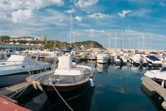 Zeilboothaven, vele mooie vastgelegde zeiljachten in de zeehaven, zomervakantie stock afbeeldingen