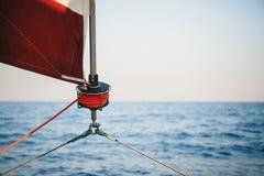 Zeilbootkruk, zeil en het zeevaartdetail van het kabeljacht Zeilen, mariene achtergrond stock afbeelding