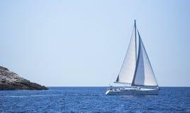Zeilbootreis op overzees r vreugde stock foto's