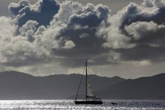 Zeilbootsilhouet royalty-vrije stock afbeeldingen
